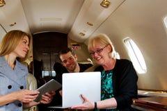 Drie mensen op straal het herzien informatie Royalty-vrije Stock Fotografie