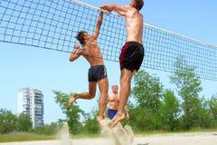 Drie mensen spelen strand - strijd Stock Afbeeldingen
