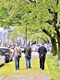 Drie mensen uit voor een wandeling op de straten van Montreal stock foto's