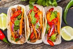 Drie Mexicaanse taco's met vlees en groenten Taco'sal predikant  Stock Foto