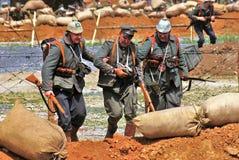 Drie militair-reenactorsgang op het slaggebied royalty-vrije stock foto