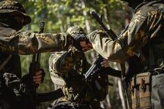 Drie militaire mensen die handen schudden stock foto