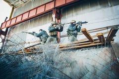 Drie militairen bevrijdden het gebouw van vijand royalty-vrije stock fotografie
