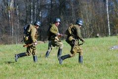 Drie militairen het lopen Het de slag historische weer invoeren van Moskou Royalty-vrije Stock Afbeeldingen