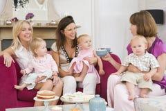 Drie moeders in ruimte met babys en koffie Stock Afbeeldingen