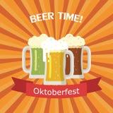 Drie mokken bier van verschillende kleuren Stock Afbeelding