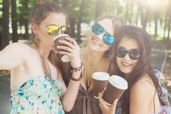 Drie mooie jonge boho elegante modieuze meisjes die in park lopen Stock Foto
