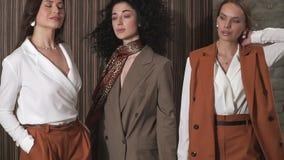 Drie mooie jonge meisjes in pakken Bedrijfs stijl stock footage