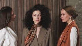 Drie mooie jonge meisjes in pakken Bedrijfs stijl stock video