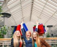 Drie mooie meisjes met het winkelen zakken Royalty-vrije Stock Afbeeldingen