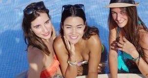 Drie mooie sexy jonge meisjes stock video