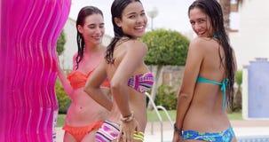 Drie mooie sexy vrouwen in bikinis stock videobeelden