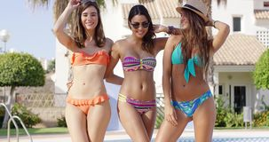 Drie mooie vrienden die kleurrijke bikinis dragen stock videobeelden