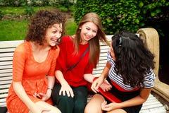 Drie mooie vrouwen die en pret hebben lachen Royalty-vrije Stock Fotografie