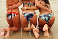 Drie mooie vrouwen knalt het strand royalty-vrije stock foto's