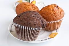 Drie muffins op een plaat Stock Afbeelding