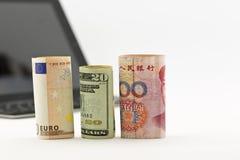 Drie munten aandachtig op technologiezaken Stock Foto's