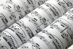Drie muziekbladen op een rij die in wit wordt geïsoleerd Stock Afbeeldingen