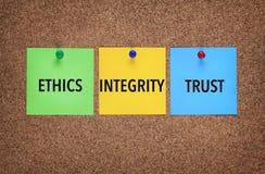 Drie nota's over corkboard met woordenintegriteit, Vertrouwen, Ethiek stock afbeelding