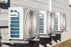 Drie onlangs Geïnstalleerde Airconditioningseenheden Opgezet op Muur Royalty-vrije Stock Foto's