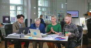 Drie ontwerpers die op hun vrouwelijke werkgever wachten stock footage