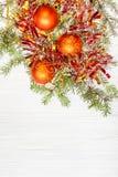 Drie oranje Kerstmisballen en takje op leeg document Stock Afbeelding
