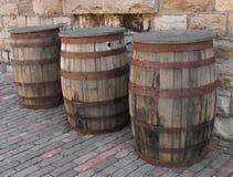 Drie oude houten vaten. Stock Afbeeldingen