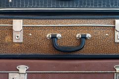 Drie oude koffers bovenop elkaar Stock Foto's