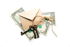 Drie oude sleutels, bankbiljetten en envelop op een witte achtergrond Royalty-vrije Stock Fotografie
