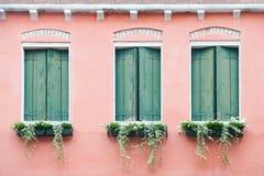 Drie oude vensters met blinden Royalty-vrije Stock Fotografie