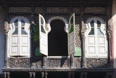 Drie oude vensters met blinden Stock Foto's