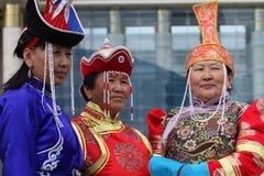 Drie oude vrouwen in traditionele Mongoolse kleren royalty-vrije stock afbeeldingen