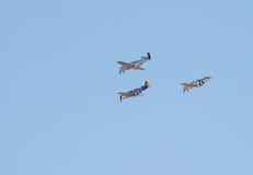 Drie p-51 de vechtersvliegtuigen van de Mustang vliegen in vorming Royalty-vrije Stock Foto