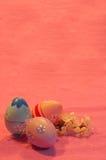 Drie paaseieren met tot bloei komend abrikozentakje op roze Stock Afbeelding