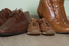 Drie paren bruin van schoenen op de vloer na een wa Royalty-vrije Stock Afbeelding