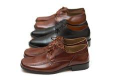 Drie paren mannelijke schoenen die op wit worden geïsoleerd Stock Afbeeldingen