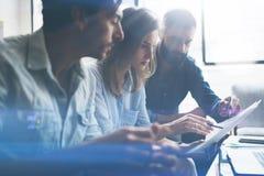 Drie partners die onderzoek voor nieuwe bedrijfsrichting maken Bedrijfsmensen die concept ontmoeten Vage achtergrond stock afbeeldingen