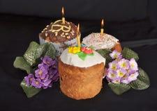 Drie Pasen koeken en bloemen op de lijst Royalty-vrije Stock Afbeelding