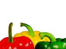 Drie peper van verschillende kleuren: groen, rood, geel op een wit Royalty-vrije Stock Fotografie