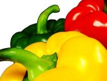 Drie peper van verschillende kleuren: groen, rood, geel op een wit Royalty-vrije Stock Afbeelding