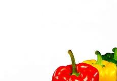 Drie peper van verschillende kleuren: groen, rood, geel op een wit Stock Foto