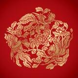 Drie Phoenixes rond Chinese bloemelementen op klassieke rode bedelaars Stock Foto's