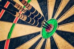 Drie pijltjes in bullseye sluiten omhoog Stock Foto's
