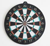 Drie pijltjes in dartboard Stock Foto's