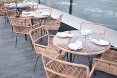 Drie plaatsen prachtig lijsten overdenkend restaurantvenster Stock Fotografie