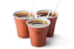 Drie plastic verkoopkoppen die met koffie worden gevuld Stock Afbeelding