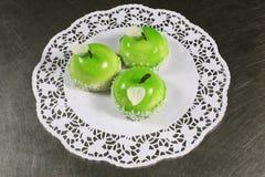 Drie porties van zoete cake in de vorm van appelen stock afbeelding