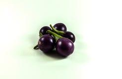 Drie purpere aubergines op wit Stock Afbeelding