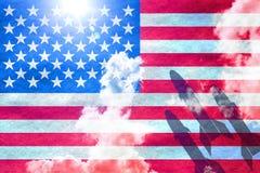 Drie raketten die voor Amerikaanse vlag beginnen Royalty-vrije Stock Afbeelding