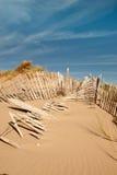 Drie rijen van gebroken omheining op de verticaal van zandduinen Royalty-vrije Stock Foto's